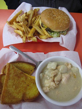 Mill City, Oregón: The burger and fries and soup and grilled cheese