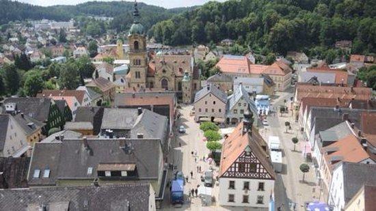Pegnitz mit Blick auf den Marktplatz, Bartholomäuskirche und das historische Rathaus.