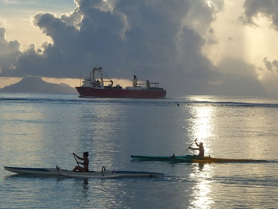 Rande's Shack : Freighters supply the island 5 days a week. Va'a practice.