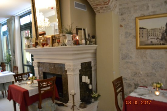 Palace Judita Heritage Hotel: breakfast served each morning in the style of old Croatia
