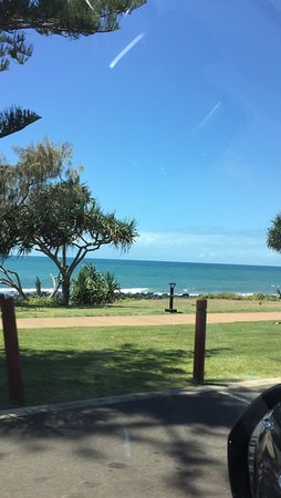 Koola Beach Apartments Bargara: parking lot at the beach you can walk to.