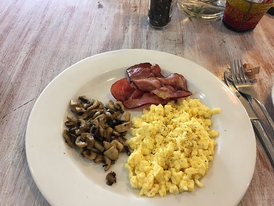 Ikhaya Lodge: Another breakfast: Streaky bacon, mushrooms, and scrambled eggs.