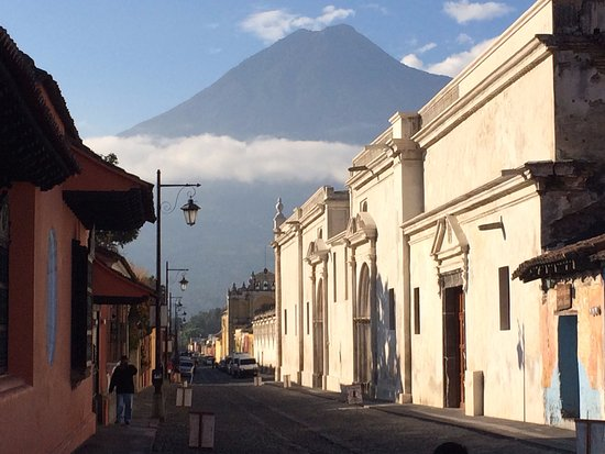 Posada San Sebastian: view of Volcan de Agua from the street where the San Sebastian is located.