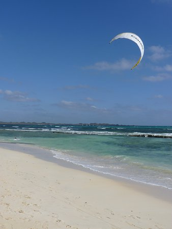 Flag Beach Windsurf & Kitesurf Centre: Spot has sharp rocks all over. You need good kite skills and definetely not a place for beginers