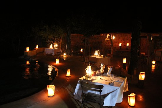 Timbavati Private Nature Reserve, Sudáfrica: Our dining arrangements under the Dark African sky. Beautiful