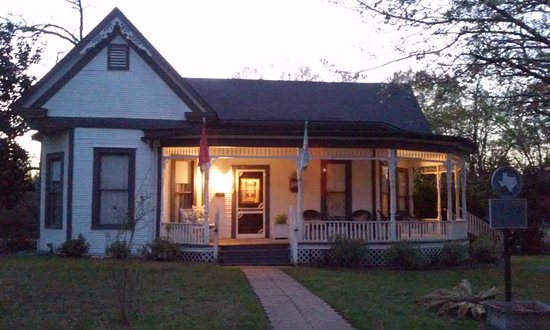 Jefferson, TX: Even in Winter, at dusk on an overcast day, it's a beautiful old, historical house.