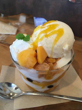 Handa, Ιαπωνία: デザート  シフォンケーキ マンゴーパフェ