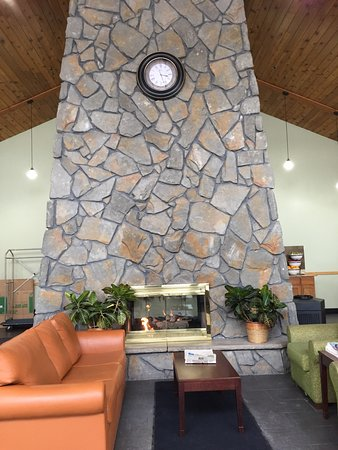 Comfort Inn Carrier Circle: Nice warm and cozy fireplace to keep guess comfortable