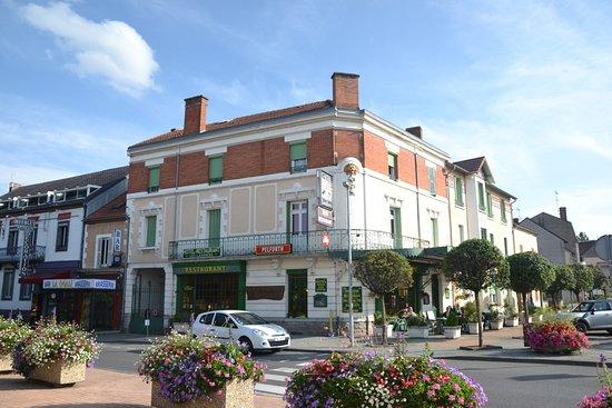 Varennes-sur-Allier, France : Hôtel restaurant Les Landiers, en face de la mairie de Varennes sur Allier