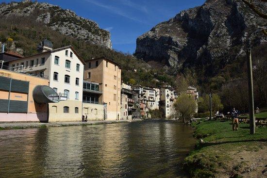 Pont en Royans, Francja: Le Restaurant du musée qui surplombe la Bourne