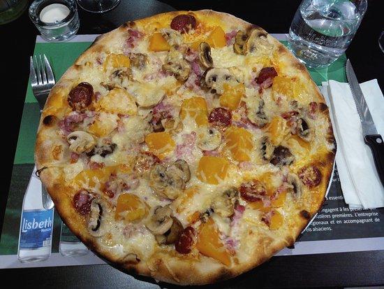 Soultzmatt, Francia: La pizza d'halloween ou Pizza D'Automne tous le Mois d'octobre a L'Entr'Potes Base crème ,oignon