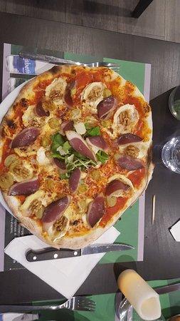 Soultzmatt, Francia: Voici la Pizza du Vendangeur 😉 sauce tomate chèvre miel Raisin Noix emmental Magrets de Canard