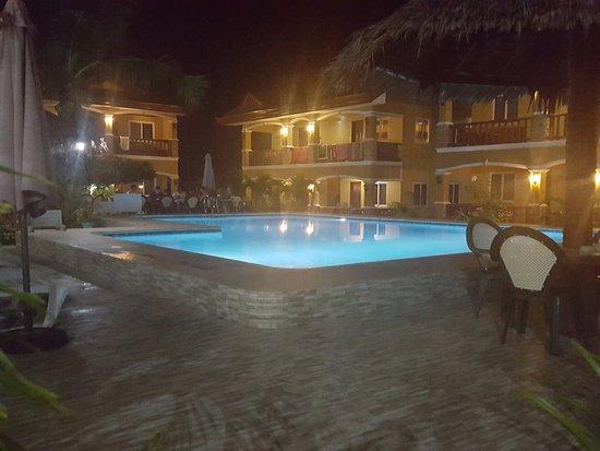 Slam's Garden Resort: Zona piscina/bar nelle ore notturne