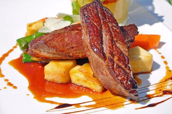 Belleme, Francia: Magret de canard grillé, poêlée de topinambour, carotte - réduction de jus de canard et miel