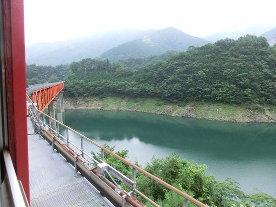 Shizuoka Prefecture, Japan: ダム湖の上を走る