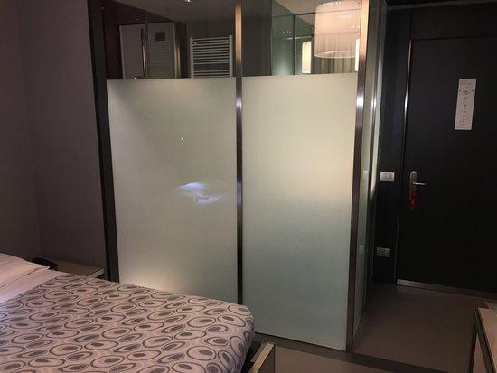 hotel verona bagno con parete di vetro