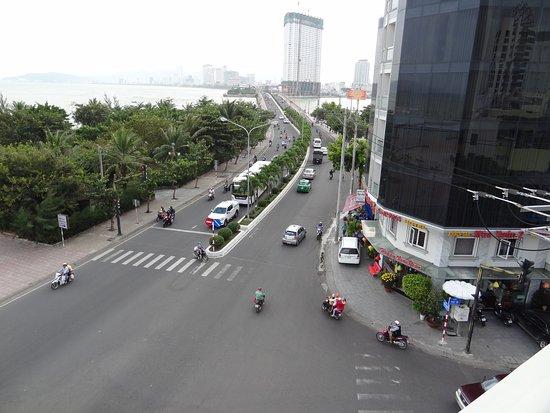 Это вид с балкона в коридоре. Та самая улица.