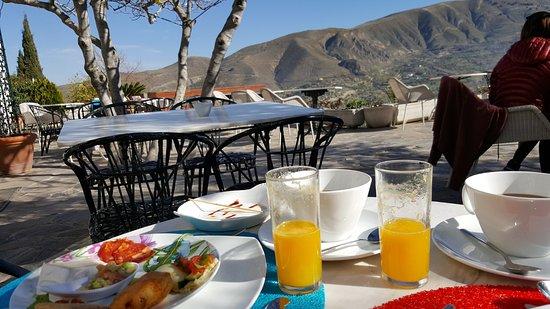 La Almunia del Valle: Desayuno en terraza