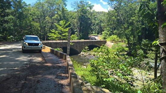 Bloomfield River: Stone bridge over Bloomfield Road river