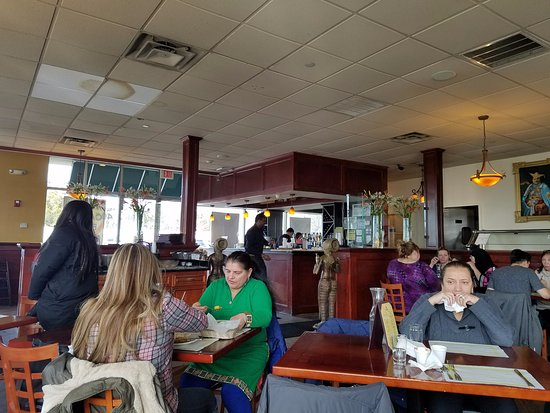 Hicksville, NY: Comfy decor, quite roomy to enjoy your buffet!