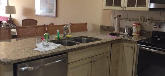 Turtle Cay Resort: Full kitchen with spacious breakfast bar, in addition to a table & 4 chairs.
