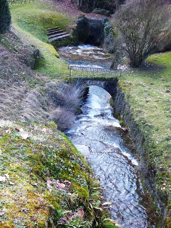 Poligny, Francia: Le jardin et la cascade