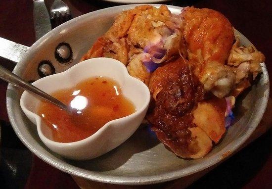 Thai Palace: Sehr leckeres Hühnchen, welches am Tisch noch kurz flambiert wird.