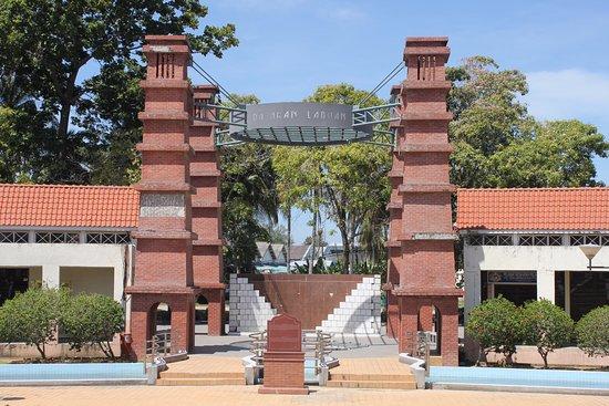 Labuan Square (Dataran Labuan): copies of old chimney