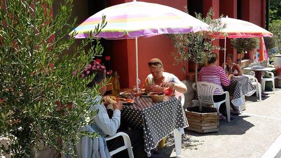 Molitg-les-Bains, Frankrijk: devant le restaurant