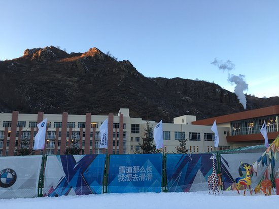 Chongli County, China: ゲレンデはすぐ♪建物はホテルです。