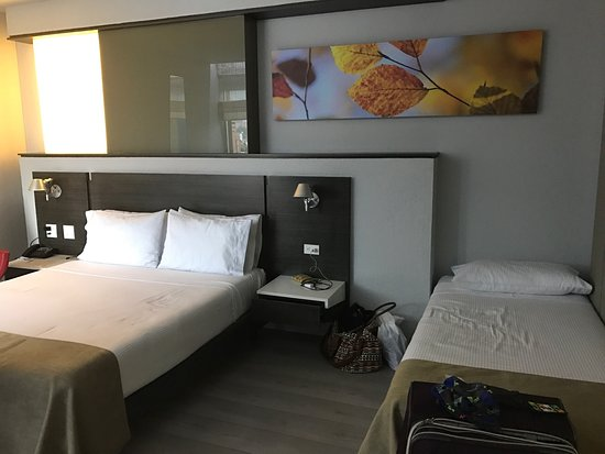 Inntu Hotel Medellin: Triple room - modern, comfortable, all amenities, great shower!