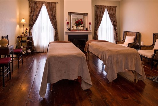 Lewiston, NY: Couples Massage Treatment Room