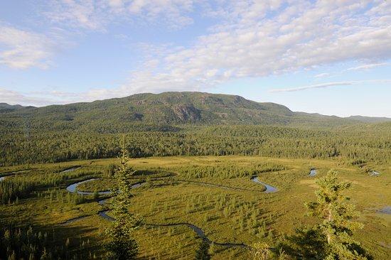 Saint-Fulgence, Canada: Les méandres de la rivière Valin avec le mont Valin en contrefort