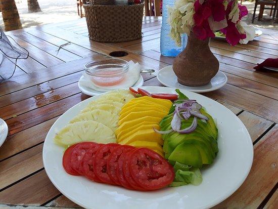 Pinewood Beach Resort & Spa: Assiette Tamari composé d'avocat ananas mangue tomate sur un nid de salade excellent !