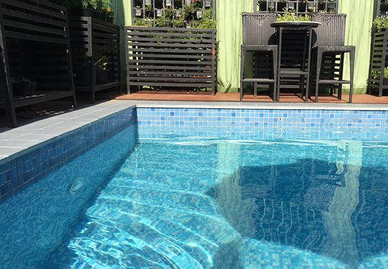 The Cocoon Boutique Hotel: Relaxing at the poolside after breakfast
