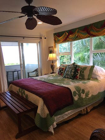 The Bay House: Palm Room with private ocean front lanai and private full bath
