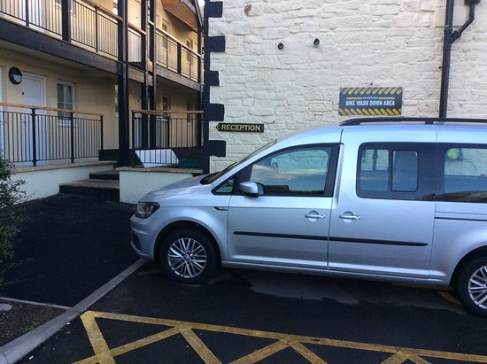 The Lindisfarne Inn: Blue badge bay & cycle wash down- two steps to follow sign for reception