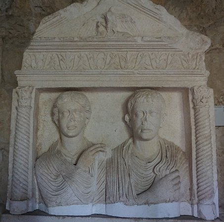 Archaeological Museum Split: фрагмент стелы с супружеской четой,1в