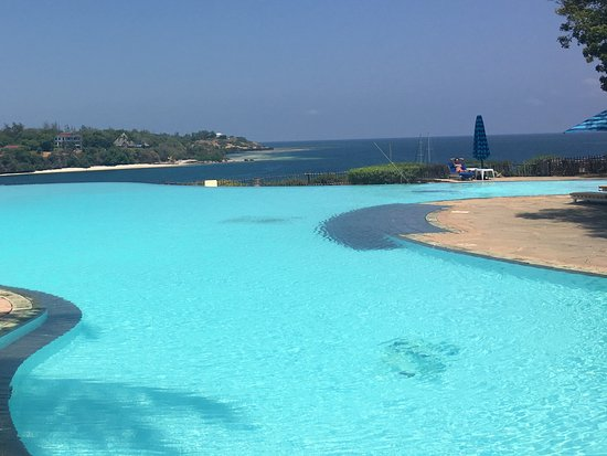 Mnarani Club & Spa: Infinity pool overlooking Kilifi Creek