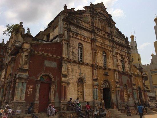 Porto-Novo, Benín: Side of church/mosque facing the market