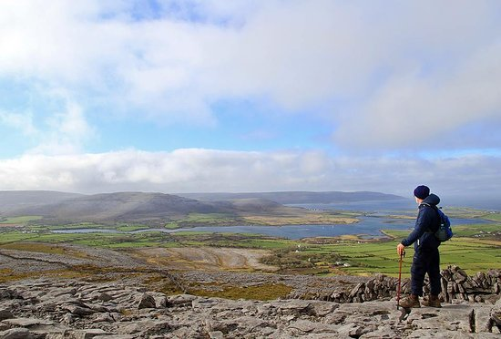 Kinvara, Ierland: Walking on the Burren - enjoy the stunning views, even in wintertime!