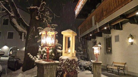 Landhotel Tharerwirt : Blick vom Hoteleingang aus in die verschneite Nacht