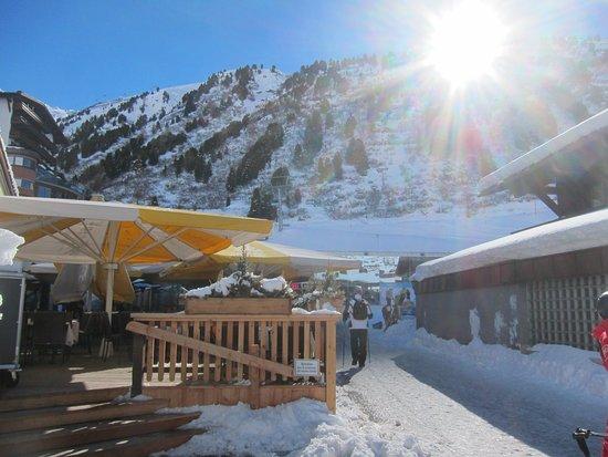 Hotel Edelweiss & Gurgl: lunch terrace and bar