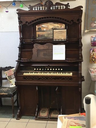 Midland, MI: Pump Organ from the Fort Wayne Organ Company.