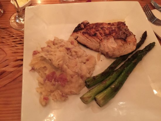 Morehead City, Carolina del Norte: Grouper, garlic mashed potatoes, and asparagus