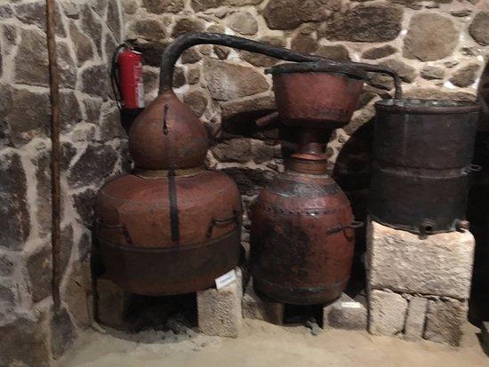 Fion, Spain: Instrumentos de la vieja química del vino y los licores: alquitara. (Foto © AJR, 2016)