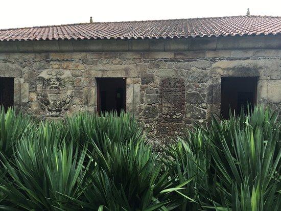 Fion, Spain: Muro blasonado del pazo de Arxeriz. (Foto © AJR, 2016)