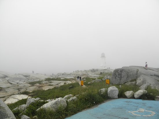 Peggy's Cove, Kanada: Can just barely see the lighthouse from this distance .