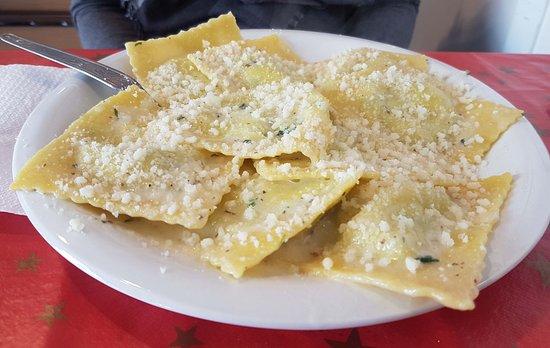 Marta, Italia: Ravioli burro e salvia con polvere di parmigiano