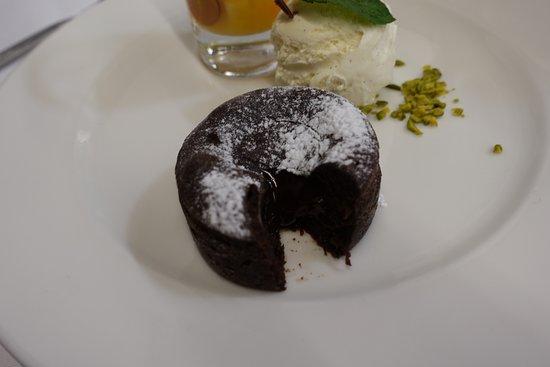 Habsburg, Schweiz: Dessert: Vanilleglace, Fruchtsalat und ein warmes Schokoküchlein mit flüssigem Kern